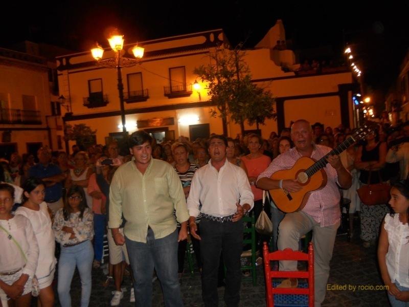 El Grupo -Calle Moguer- cantando la Salve