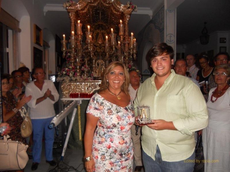 José Manuel Vélez Padilla recoge de manos de la Hermana Mayor un recuerdo de la Hermandad