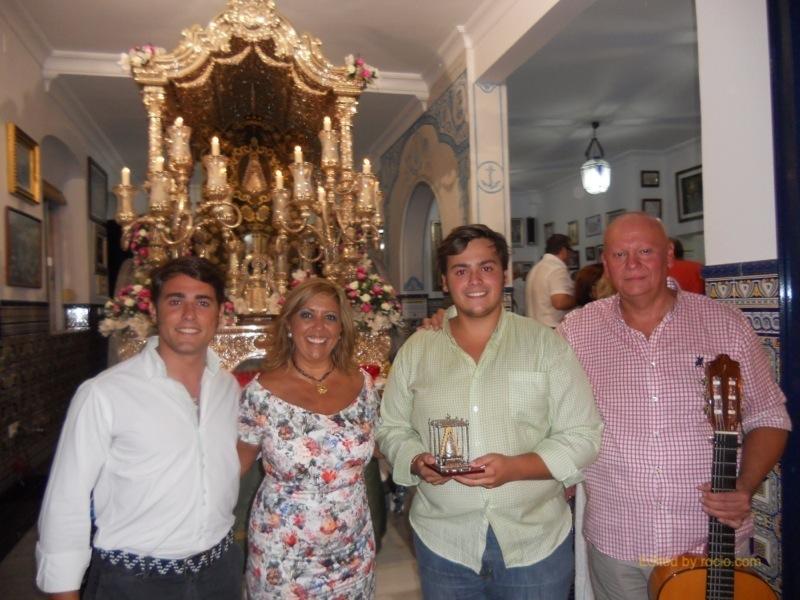 Foto de Familia del Grupo -Calle Moguer- con la Hermana Mayor, Juana Rodríguez, ante la Carreta del Simpecado
