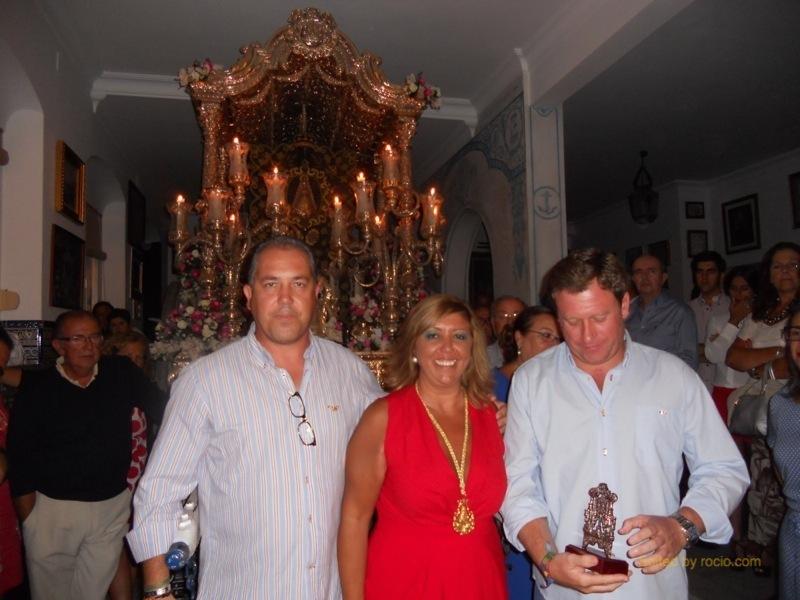 El Presidente de la Hermandad y la Hermana Mayor con el Presidente de la Hermandad de la Virgen del Robledo de Constantina