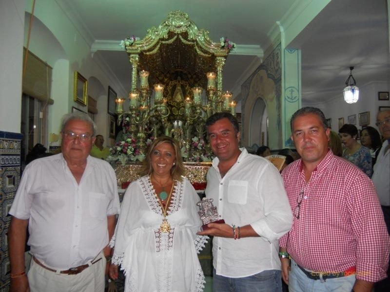 El Hermano Mayor de la Hermandad del Rocío de Carmona, junto a un Hermano Fundador, la Hermana Mayor y el Presidente de la Hermandad de Isla Cristina, Pedro Jesús Álvarez