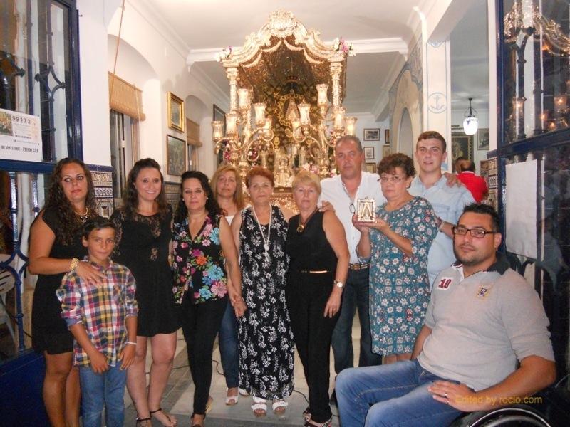 El Presidente de la Hermandad, Pedro Jesús Álvarez, se unió al Coro Sabor Andaluz para esta foto de familia ante la Carreta del Simpecado