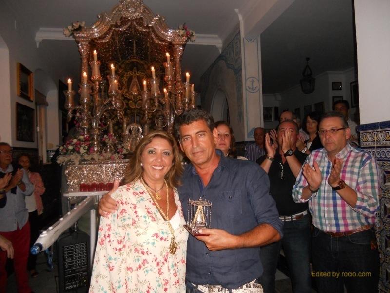 La Hermana Mayor, Juana Rodríguez, entrega a Pepe un recuerdo de la Hermandad