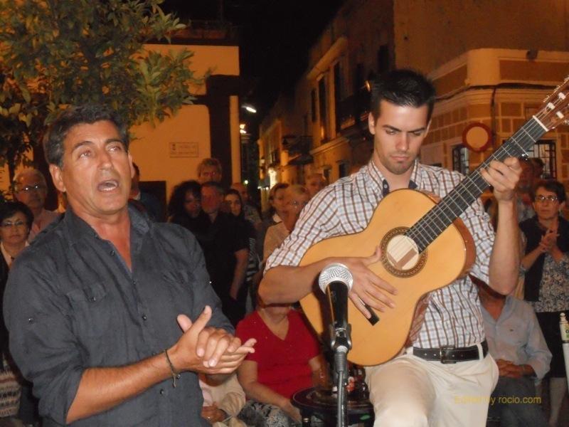 Distintos momentos de la actuación de Pepe de La Punta interpretando sevillanas