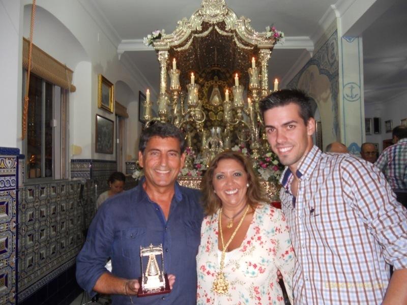 Ante la Carreta del Simpecado, Pepe de La Punta y Jesús Barroso con la Hermana Mayor, Juana Rodríguez