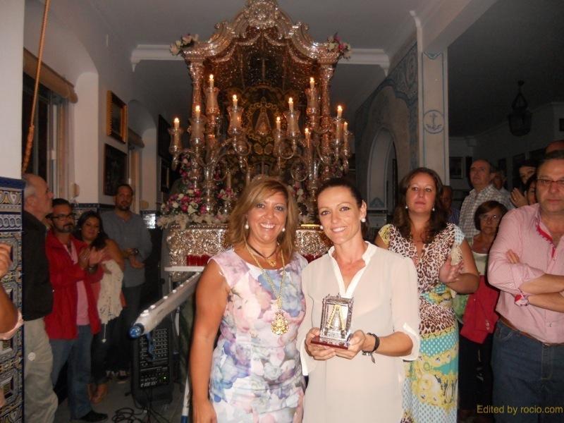 La Hermana Mayor, Juana Rodríguez, entrega a Mariví Sánchez un recuerdo de la Hermandad