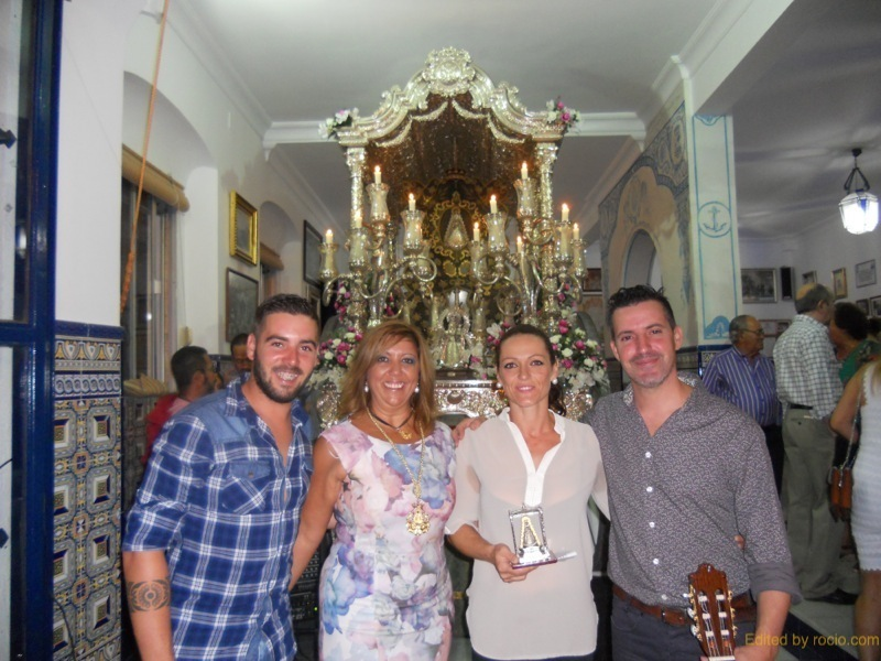 Tradicional foto de familia ante la Carreta que porta el Simpecado de Mariví, Jose Monclova y Pepito con la Hermana Mayor, Juana Rodríguez