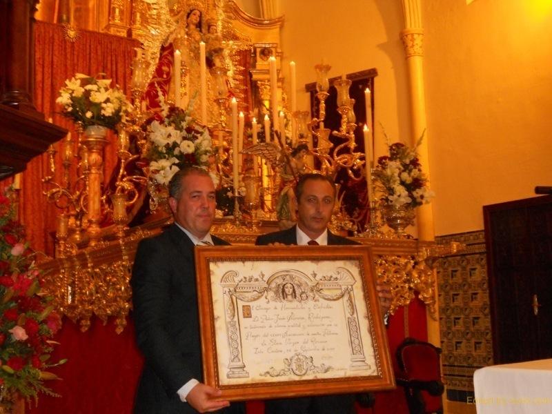Antonio Peña, Presidente del Consejo de Hermandades y Cofradías de Isla Cristina, entrega al Exaltador, Pedro Jesús Álvarez, un recuerdo de la misma