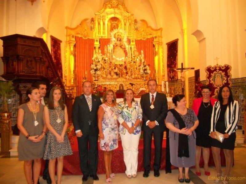 En el ALtar, ante la Virgen del Rosario la Alcaldesa, Mª Luisa Faneca, la Hermana Mayor de la Hermandad del Rocío, Juana Rodríguez, con el Exaltador y el Consejo de Hermandades y Cofradías de Isla Cristina.
