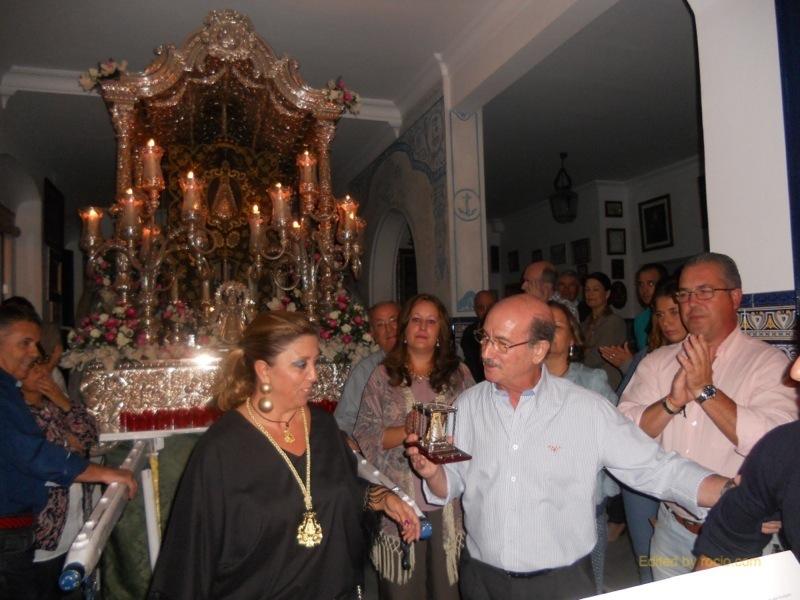 En presencia del Presidente de la Hermandad, la Hermana Mayor entrega a José Luís Carrasco un recuerdo de la Hermandad