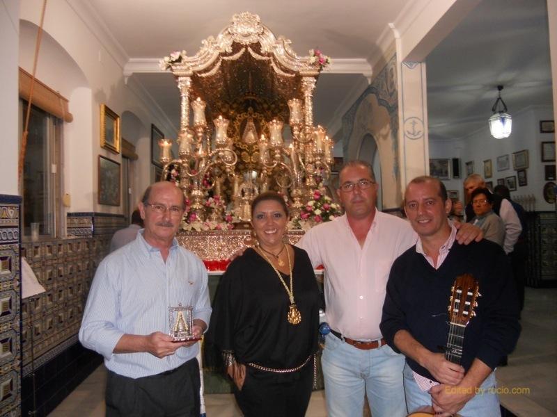 Ante la Carreta del Simpecado, el Presidente, Pedro Jesús Álvarez y la Hermana Mayor, Juana Rodríguez con José Luís y Javier Carrasco