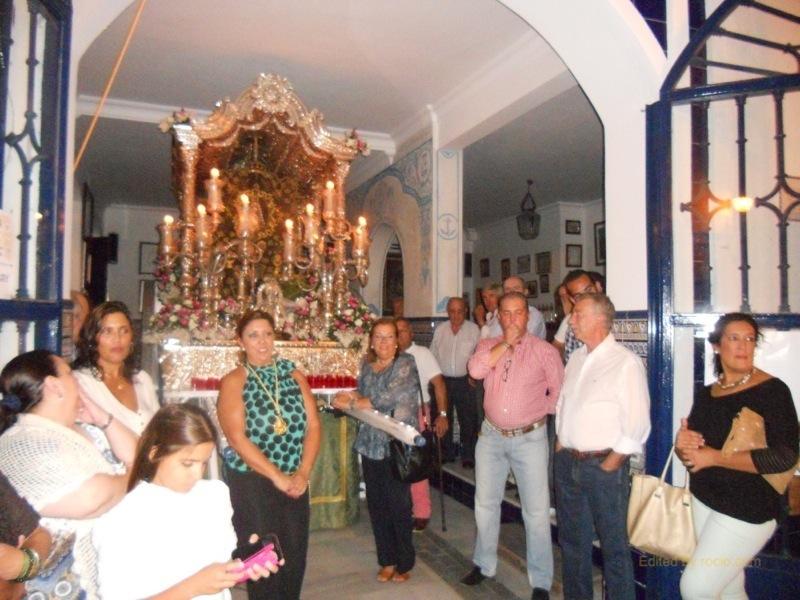 La Hermana Mayor, Juana Rodríguez, entrega un recuerdo a Inés en nombre de la Hermandad