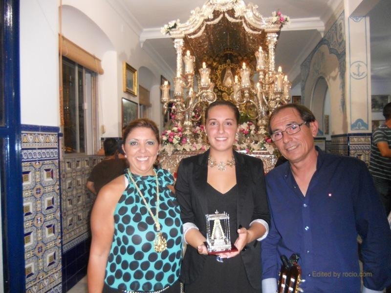 Ante la Carreta del Simpecado, la Hermana Mayor, Juana Rodríguez acompañada por Inés y Antonio Rodríguez -El Pirata-