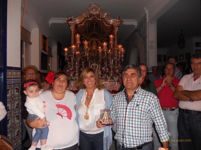 La Directora del Coro, Noemí, junto a la Hermana Mayor y Juan Antonio Orta (guitarra) reciben un recuerdo de la Hermandad