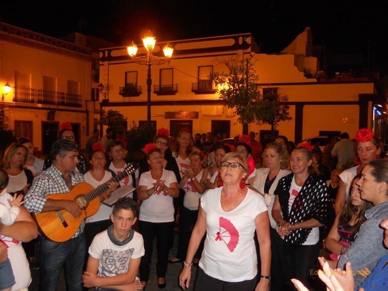 Distintos momentos en los que el Coro del Centro ARATI interpretaron sevillanas y fandangos