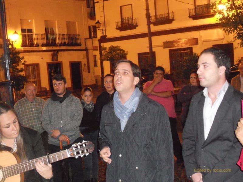 Distintos momentos del grupo cantando al Simpecado