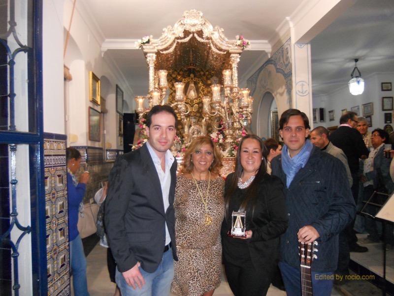 Rocío Galán, Alejandro Aragón y Daniel Ponce con la Hermana Mayor, Juana Rodríguez, ante el Simpecado