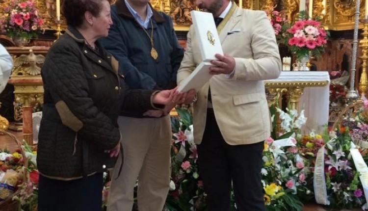 Hermandad de Córdoba – Entrega de un broche a Ntra. Sra., en el Santuario, con motivo de la celebración del Rocío de la Fe
