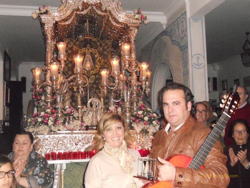 La Hermana Mayor, Juana Rodríguez, entrega a David un recuerdo de la Hermandad
