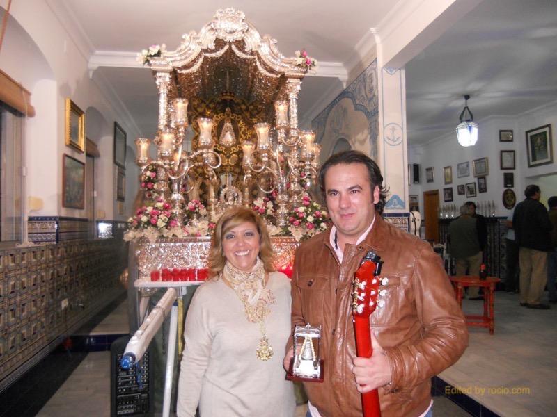 Ante la Carreta del Simpecado, David Carrasco y la Hermana Mayor, Juana Rodríguez