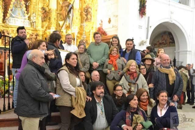 Foto de algunos miembros del Foro con el Presidente de la Hdad. Matriz junto a las hermanas salesianas que recogieron la ofrenda (Foto de Ángel Jiménez)