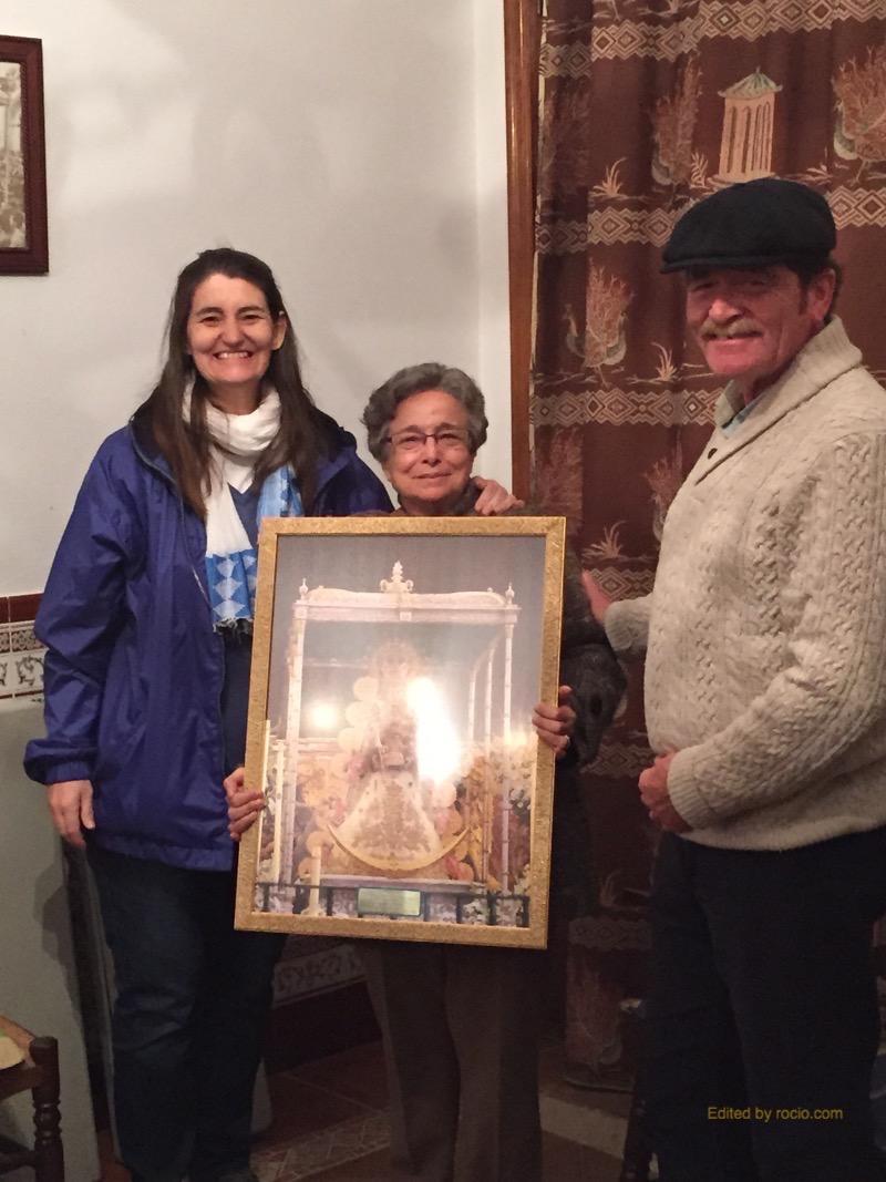 Las hermanas salesianas Nieves y Emilia junto al responsable de la Ofrenda 2014, Jesús Lorencio