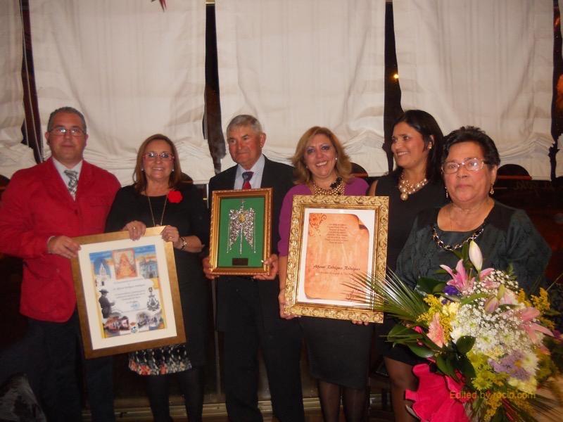 El Presidente, la Alcaldesa, la Hermana Mayor, Juana Rodríguez, el homenajeado y su esposa posan con los regalos recibidos