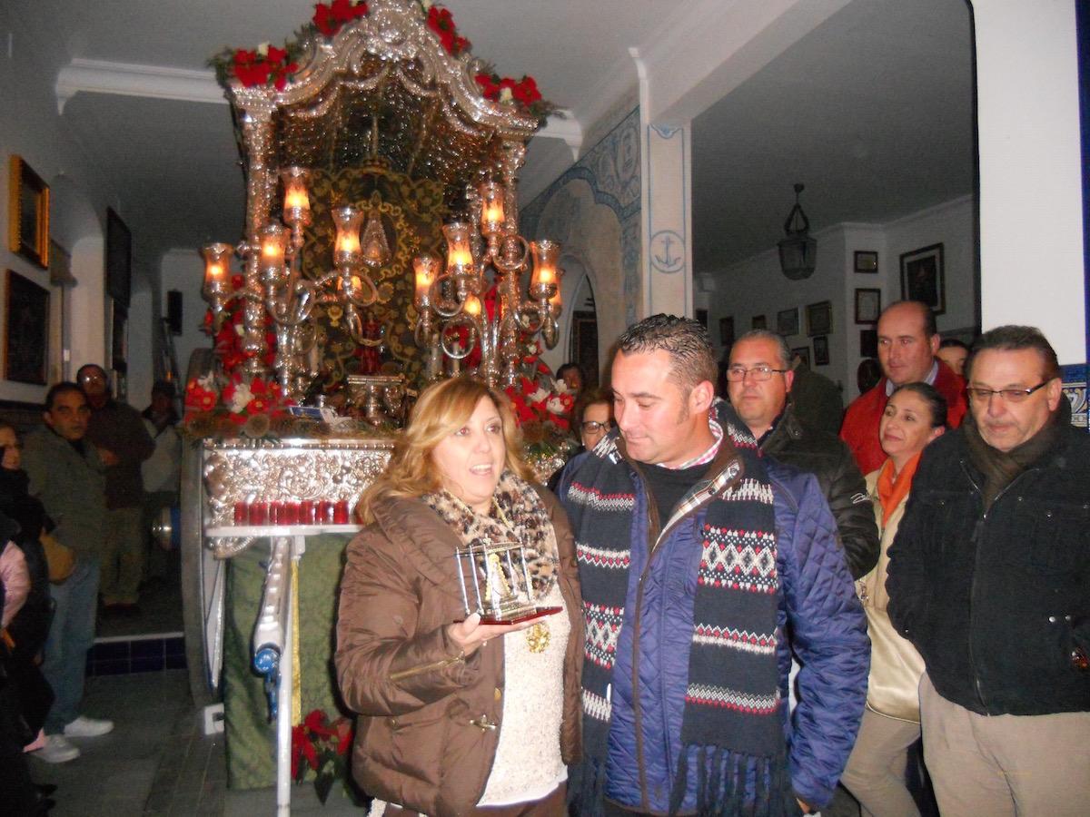 La Hermana Mayor, Juana Rodríguez, entrega un recuerdo a Francisco José Sequera de la Hermandad