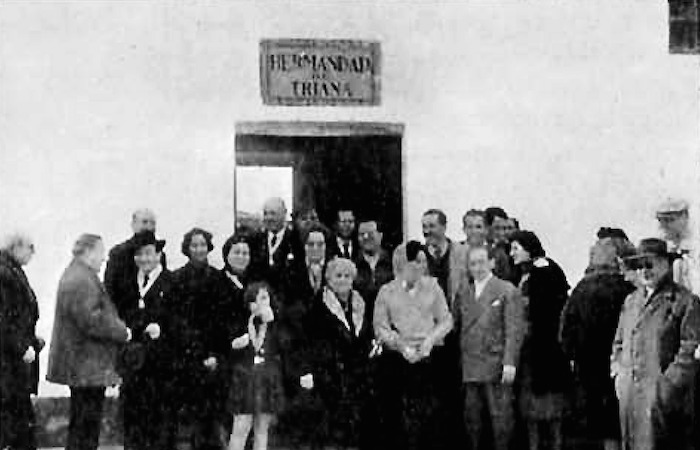 Peregrinos de Triana con SS. AA. RR. Los Príncipes de Braganza y Orleáns en febrero de 1960. Foto Cosme G. Alexandre.
