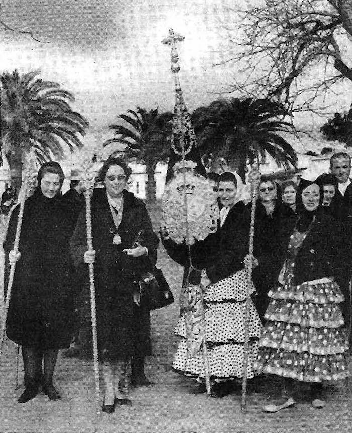 Foto 4S. A. R. I. la princesa Esperanza de Borbón y la Condesa de Paris, acompañan al estandarte de la Hermandad de Triana, en la pasada peregrinación de la Hermandad el 29 de enero de 1961 Foto Cosme G. Alexandre