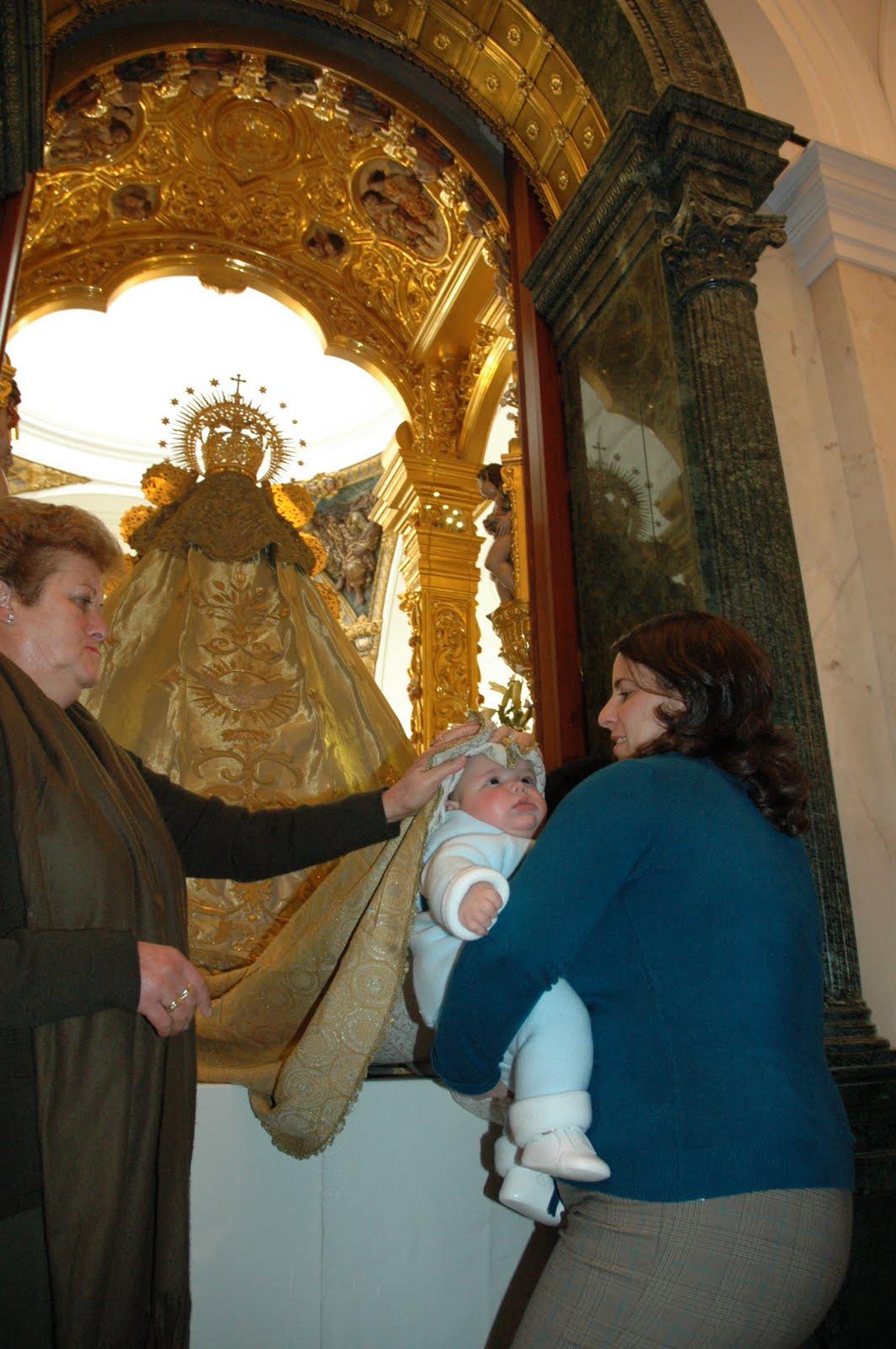 La Fiesta de la Luz (La Candelaria), los niños bajo el manto de la Virgen del Rocío. Febrero de 2011. Foto extraída de Prensa Almonte