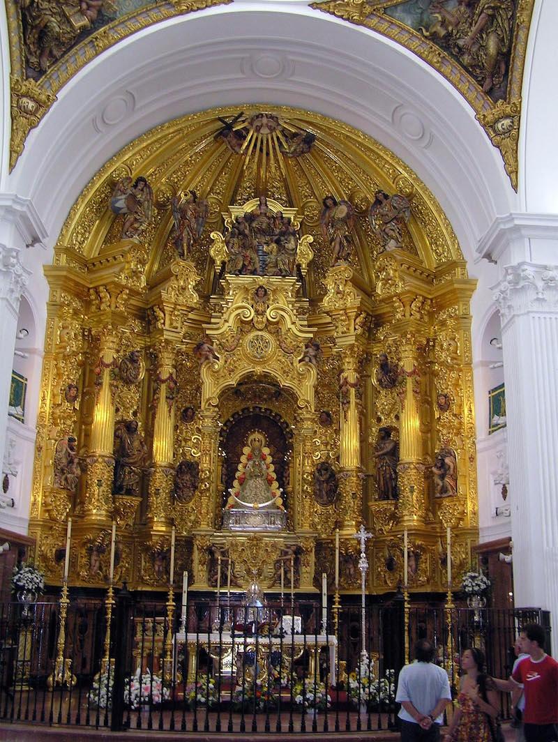 Altar Mayor, extraordinaria obra del escultor Manuel Carmona y del tallista Antonio Martín Fernandez. La carpintería es del almonteño Matías Aceitón.