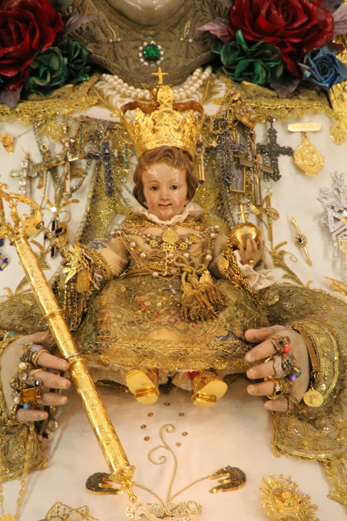 Precioso el nuevo traje que hoy luce el Pastorcito del Rocío, que le regalaron la pasada Navidad, la Asociación de Vecinos del Rocío, y que le ofrecieron los Reyes Magos, cuando fueron a adorarlo.
