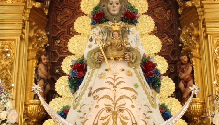 La Virgen del Rocío luce nueva saya con motivo de la Candelaria 2015