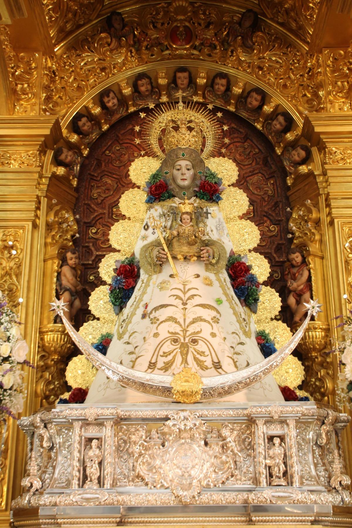 La Virgen del Rocío luce nueva saya con motivo de la