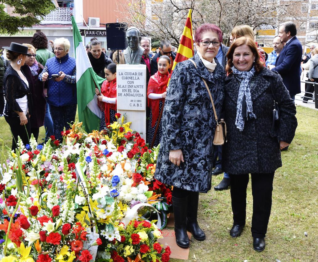 La Presidenta Isabel Rubio Rodriguez y nuestra Hermana Mayor Loli Moreno Limones entregaron un ramo de flores junto al busto de Blas Infante.