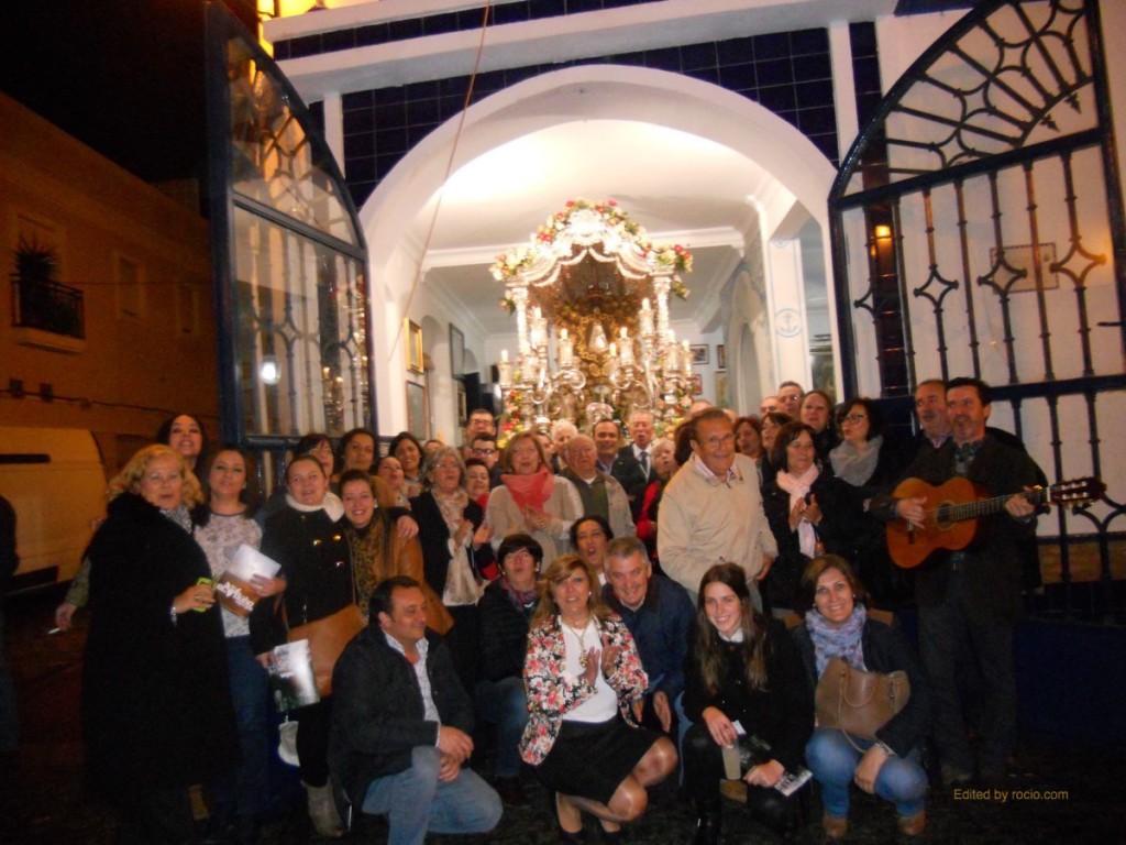 Foto de familia a las puertas de la Casa Hermandad tras el canto de la Salve por parte de todos los hermanos y hermanas.