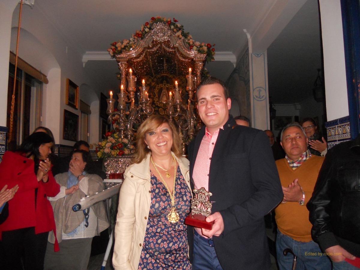 De manos de la Hermana Mayor, Juana Rodríguez, la Hermandad entrega un recuerdo a Los Tomilleros