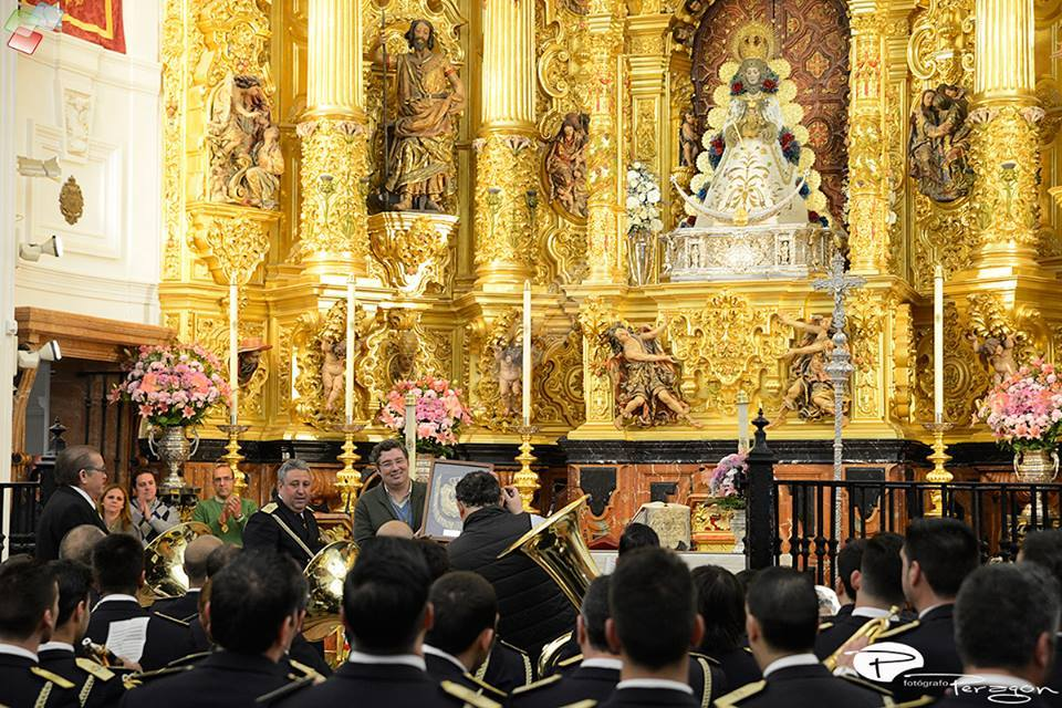 Entrega de un recuerdo de la Banda de las Tres Caidas (Foto: M.A. Peragón)