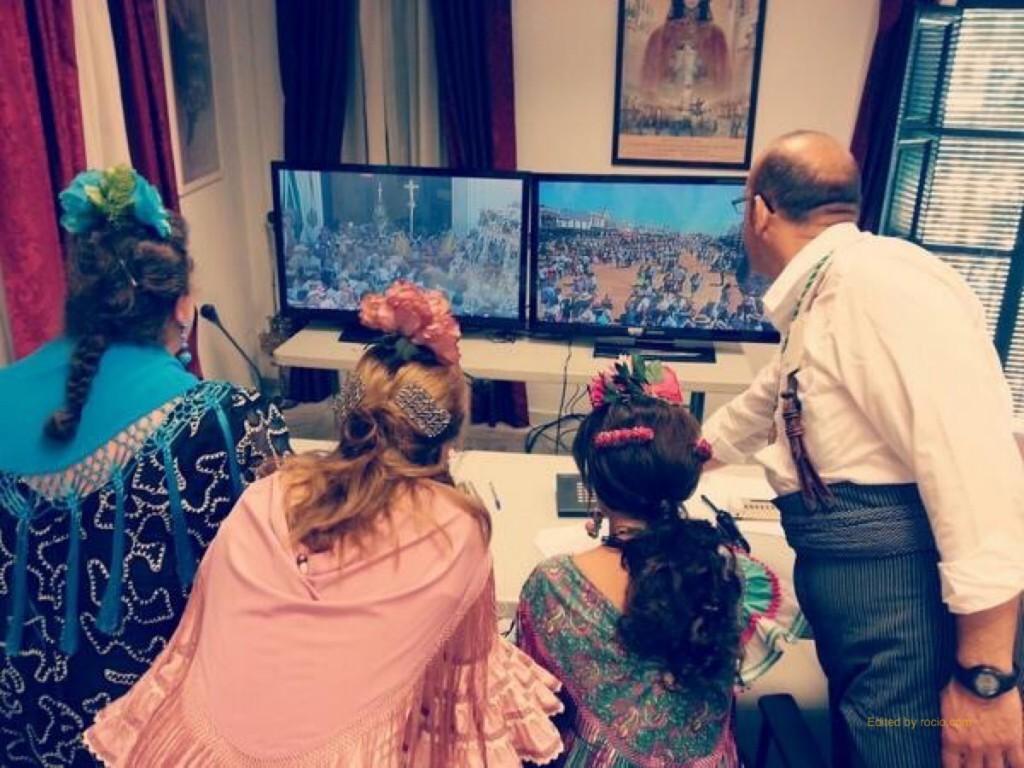 Las presentadoras en la sala de megafonía y control del Santuario