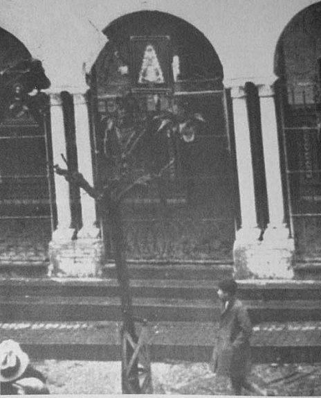 cuadro que se colgó en las rejas del Ayuntamiento de Almonte tras la retirada de los paneles de azulejeria con las imagenes del Sagrado Corazon de Jesus y la Virgen del Rocio. Estos hechos sucedian en febrero de 1932