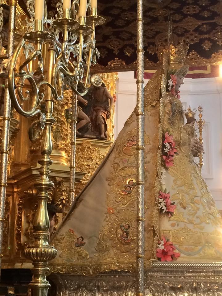 Nuevo-traje-Virgen-Rocio-mayo-2015-8