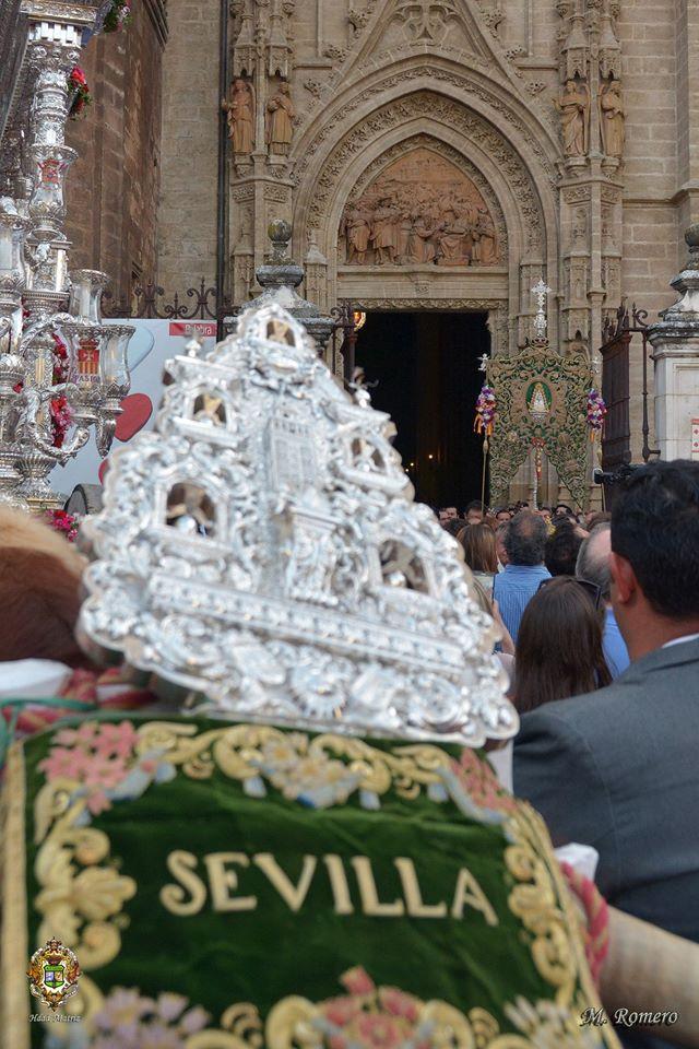 Regreso simpecado Sevilla desde catedral 2015-2