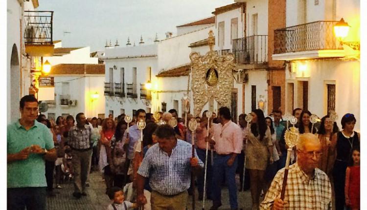 Hermandad de Trigueros – Traslado del Simpecado hasta la Parroquia de San Antonio Abad con motivo del L Aniversario de su Bendición