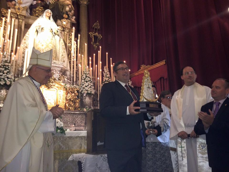 La Hermandad ha entregado a la Cofradía del Rocío de Málaga esta imagen de la Virgen, que presidirá el entrecalle de su trono.