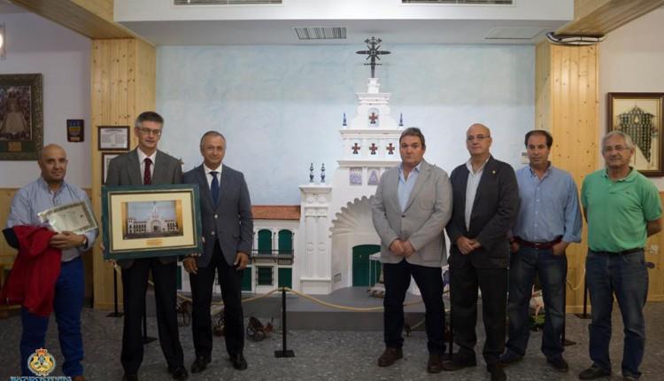 Hermandad de Huelva – El Centro Penitenciario de Huelva entrega Maqueta de la Fachada de la Ermita