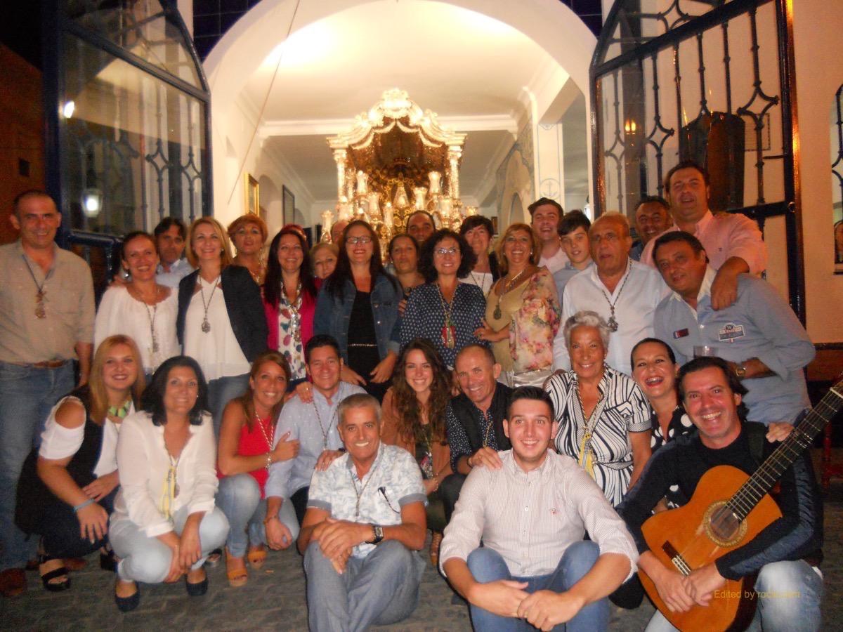 Todos los miembros de Los Peregrinos ante la Carreta del Simpecado acompañados por la Hermana Mayor, Ana Jiménez