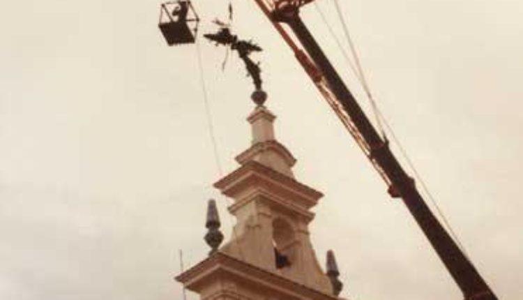 Santuario del Rocío, año 1981 – La Cruz, doblada por el fuerte viento