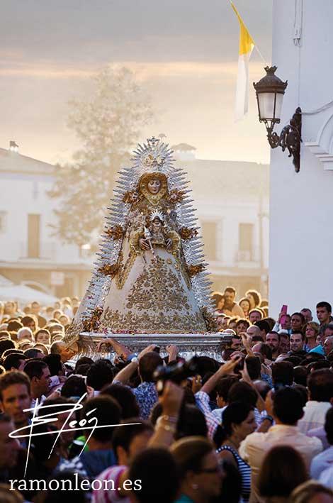 Cada año acuden más devotos a una celebración que los almonteños califican como «íntima»