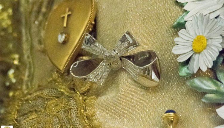 La Virgen del Rocío luce, en esta Extraordinaria Ocasión, el Lazo de platino y brillantes regalo del Foro del Rocío